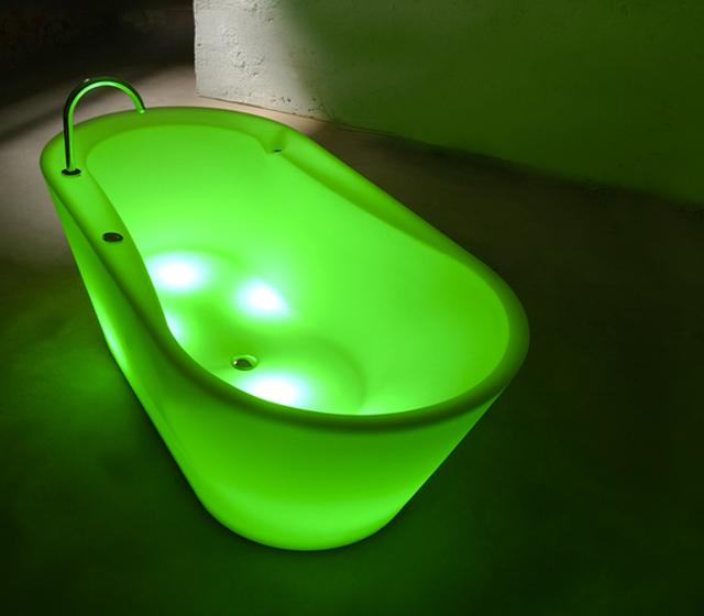 Vasca da bagno centro stanza colorata Luce