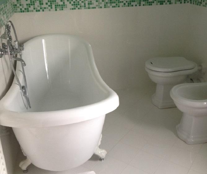 Vasca con piedi fabulous vasca da bagno su piedi ovale in acrilico with vasca con piedi - Vasca da bagno con i piedi ...