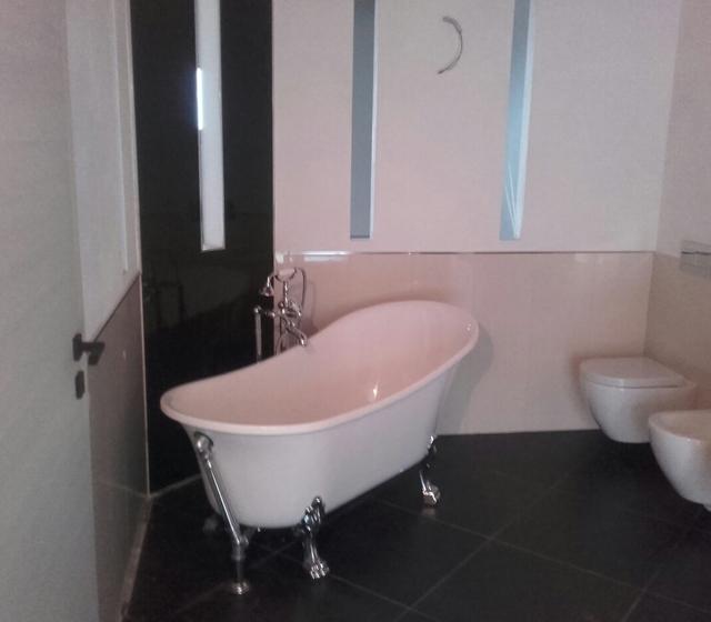Vasca da bagno retr freestanding con piedini cromati - Vasche da bagno piccole con seduta ...